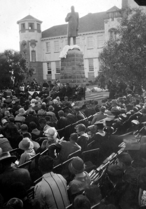 The statue of President MT Steyn is unveiled in front of the university's main building on 28 September 1929, as a thousand spectators look on. SOURCE: UFS History book: From Grey to Gold: the first 100 years of the University of the Free State, page 40