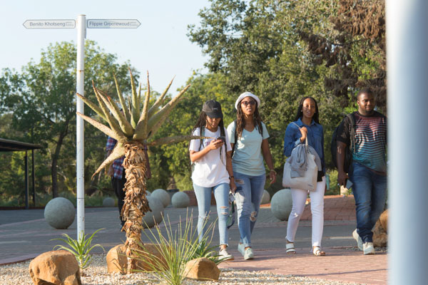 Students walking on the Bloemfontein Campus